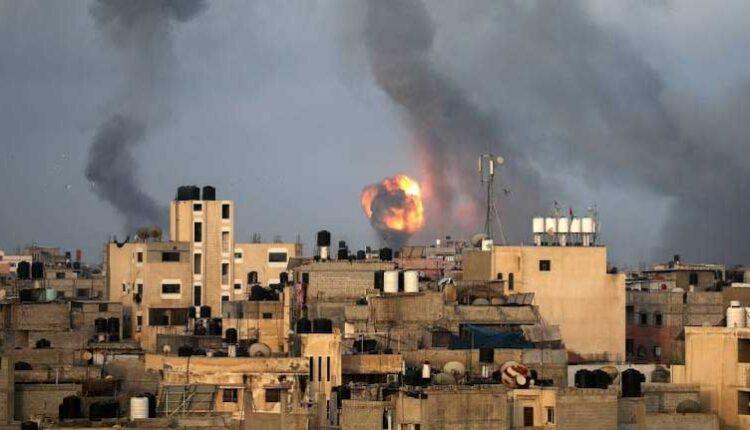 ألسنة اللهب والدخان يتصاعدان خلال الضربات الجوية الإسرائيلية وسط تصاعد العنف الإسرائيلي، في جنوب قطاع غزة في 11 مايو ، 2021. (الصورة: رويترز)