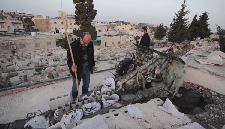 رجائي صندوقة، مسؤول عن إطلاق مدفع رمضان، يستعد لاطلاقه بالتزامن مع اذان الافطار في مدينة القدس. (الصورة- Screen Grab)