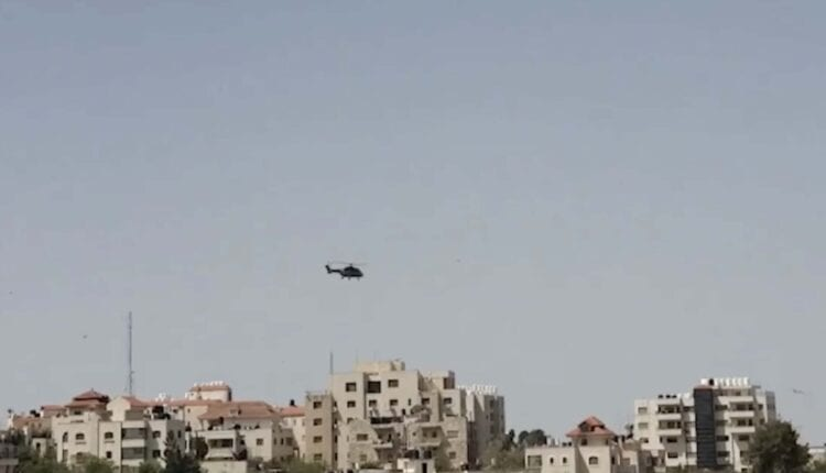 مروحية عسكرية اردنية تحط في مقر المقاطعة في رام الله.