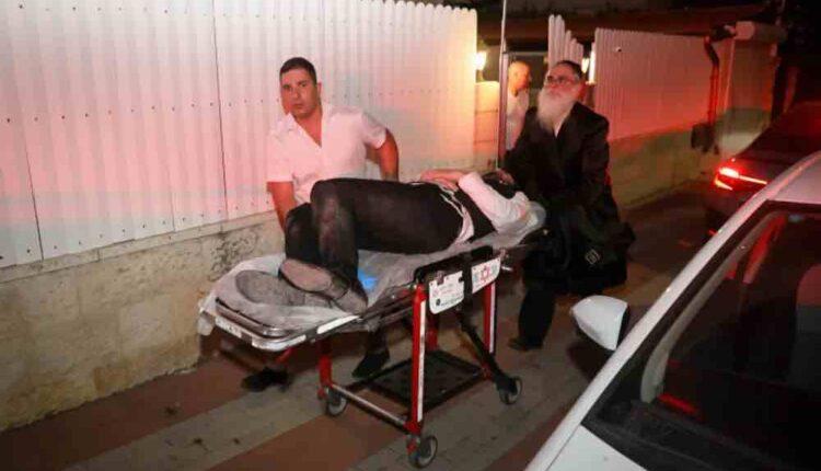 نقل مصاب في حادث الانهيار لمدرج مقاعد في كنيس يهود في مستوطنة غفعات زئيس. (الصورة-Flash90)