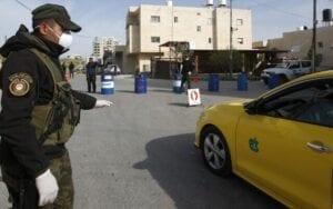 قوات أمن تابعة للسلطة الفلسطينية تقيم نقطة تفتيش عند أحد مداخل مدينة بيت لحم بالضفة الغربية ، 10 مارس ، 2020. (الصورة: AFP)