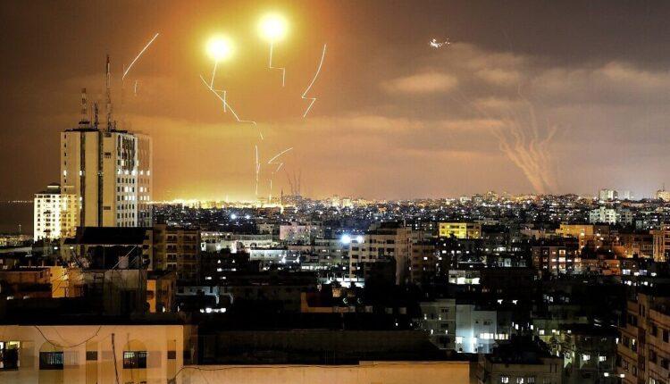 القبة الحديدية الاسرائيلية تعترض الصواريخ التي اطلقت  من غزة ، 10 مايو 2021 (الصورة: AFP)