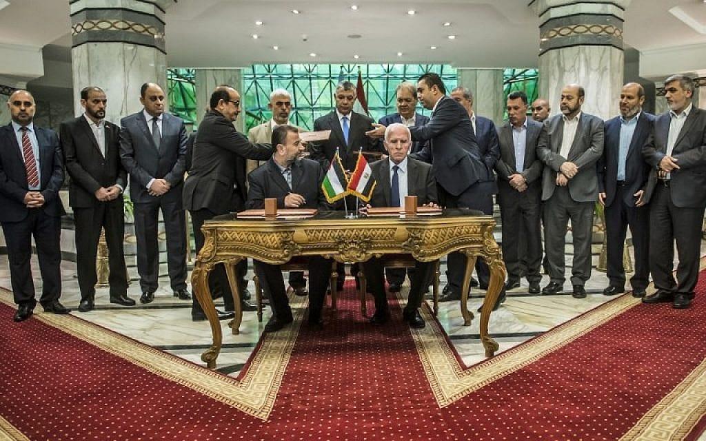 صالح العاروري من حركة، وعزام الأحمد من فتح،  يوقعان اتفاق مصالحة في القاهرة في 12 أكتوبر ، 2017 . (الصورة: AFP)