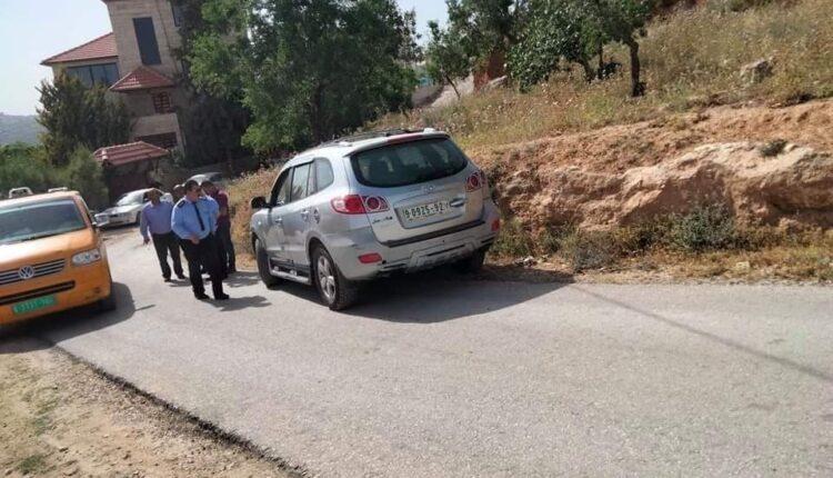 شرطي امن فلسطيني يتفحص سيارة يعتقد انها تعود لمنفذ عملية اوقعت ثلاث جرحى اسرائيلين على حاجز اسرائيل وسط الضفة الغربية. (الصورة: Facebook)