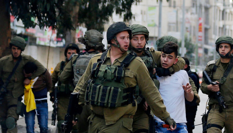 قوات الأمن الإسرائيلية تعتقل طفلا فلسطينيا في الضفة الغربية بتاريخ 20 كانون الأول 2017 (الصورة: APAimages)