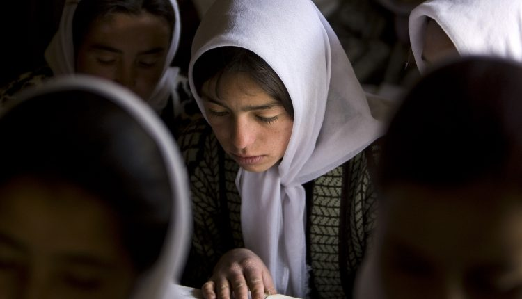وزير أفغاني يطالب بعلاقات جيدة مع العالم ومزيد من الوقت بشأن تعليم الفتيات