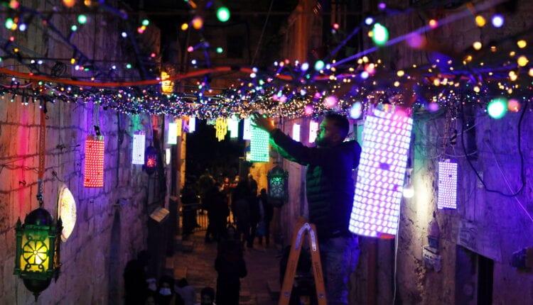 زينة رمضان تملأ شوارع القدس مع استعداد الفلسطينيين لشهر الصوم