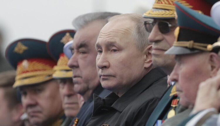 الرئيس الروسي فلاديمير بوتين والرئيس الطاجيكي إمام علي رحمان يحضران عرضا عسكريا في يوم النصر. (الصورة: رويترز)