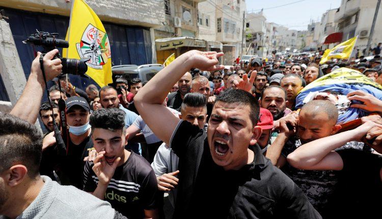 مشيّعون يحملون جثمان الفلسطيني حسين الطيطي الذي قتل برصاص الجيش الإسرائيلي في الضفة الغربية 12 مايو 2021. (الصورة: رويترز)