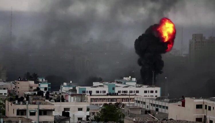 انفجارات اثر قصف اسرائيلي جوي على قطاع غزة. (الصورة: رويترز)