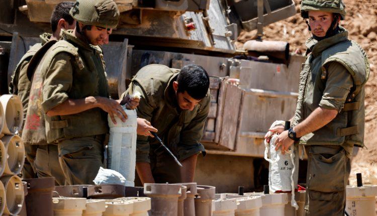 جنود اسرائيليون يعدون قذائف مدفعية على الحدود مع غزة، 13 مايو ايار  2021 (الصورة: رويترز)
