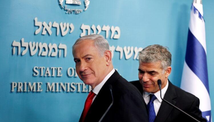 رئيس الوزراء الإسرائيلي بنيامين نتنياهو (يسارا) ويائير لابيد زعيم حزب هناك مستقبل المكلف من قبل رئيس إسرائيل بتشكيل حكومة جديدة. (الصورة: رويترز – ارشيف)