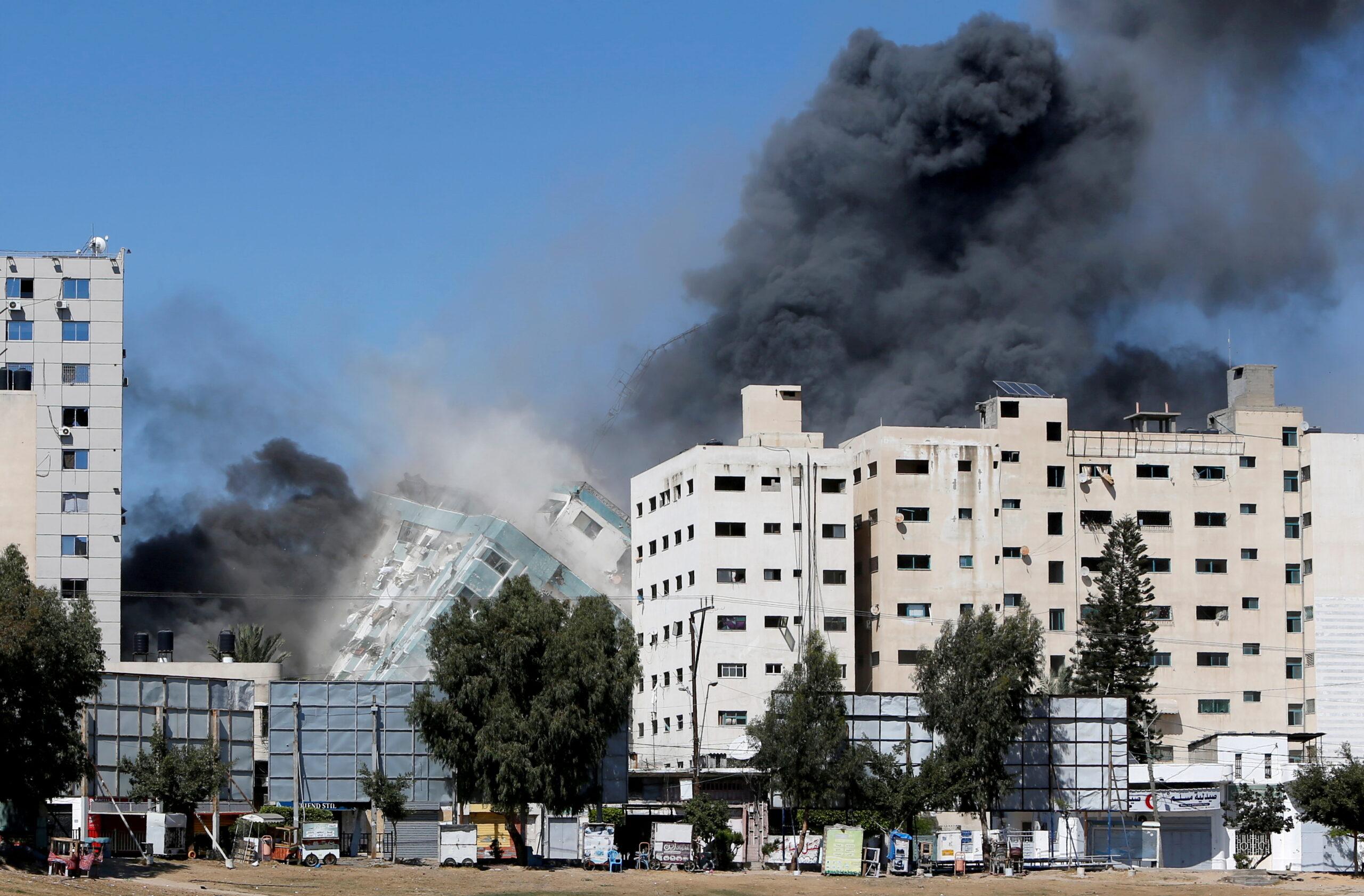مبنى يضم مكتبي وكالة أسوشيتد برس وقناة الجزيرة لدى انهياره جراء ضربة إسرائيلية في غزة يوم 15 مايو 2021. (الصورة: رويترز)