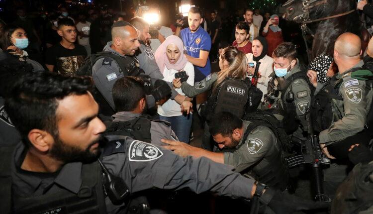 مواجهات بين الشرطة الإسرائيلية وفلسطينيين في حي الشيخ جراح يوم 4 مايو أيار 2021. (الصورة : رويترز)