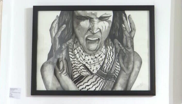 فنانون يتبرعون بريع لوحات لهم في معرض بالقاهرة للأطفال الفلسطينيين (الصورة: رويترز)
