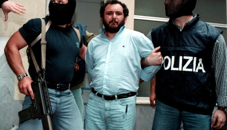 جيوفاني بروسكا (في الوسط) أحد أخطر أعضاء المافيا في باليرمو (الصورة: رويترز – ارشيف)