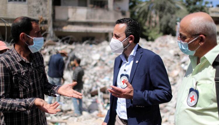 روبرت مارديني المدير العام للجنة الدولية للصليب الأحمر يتحدث مع رجل فلسطيني بالقرب من حطام منزل دمرته الضربات الجوية الإسرائيلية في غزة يوم الأربعاء. (الصورة: رويترز)
