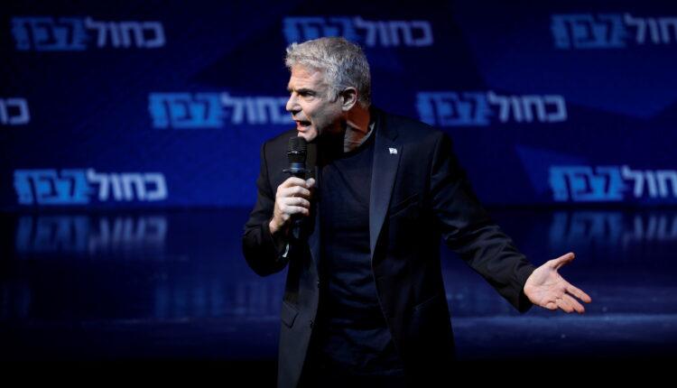 يائير لابيد يتحدث لأنصاره في  تل أبيب (الصورة: رويترز/ارشيف)