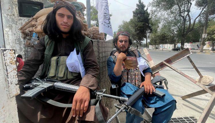 عناصر من قوات طالبان يجلسون عند نقطة تفتيش في كابول ، أفغانستان. 17 أغسطس 2021. (الصورة: رويترز)