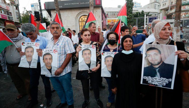 فلسطينيون يتظاهرون دعما للأسرى الفارين من سجن جلبوع الإسرائيلي