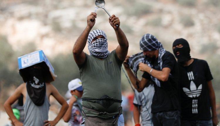 جيش الاحتلال الاسرائيلي يعيد اعتقال اثنين آخرين من السجناء وتشن ضربات على غزة