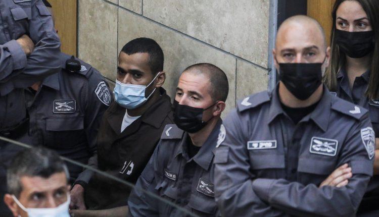 مناضل يعقوب إنفيات يجلس أمام المحكمة الاسرائيلية بعد أن أُعيد القبض عليه بعد هروبه من سجن جلبوع مع خمسة فلسطينيين آخرين 19 سبتمبر