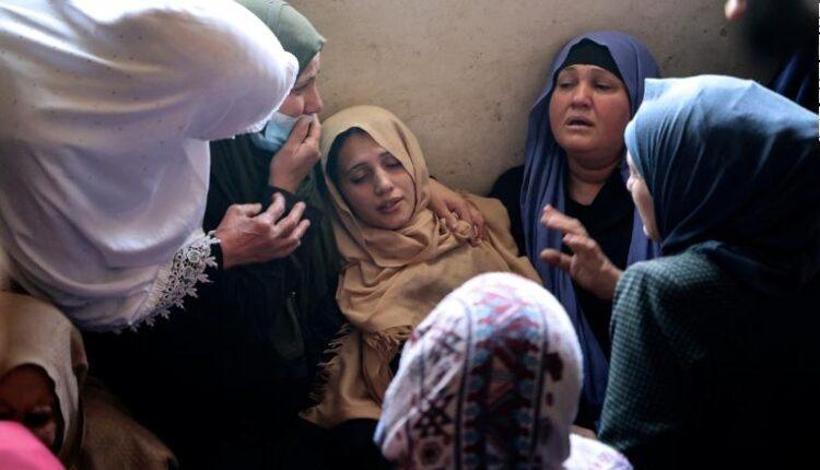 عزاء والدة الفلسطيني حسين حمد (11 عاما) خلال جنازته في بيت حانون شمال قطاع غزة اليوم الثلاثاء 11 مايو 2021 (الصورة: AFP/Getty)
