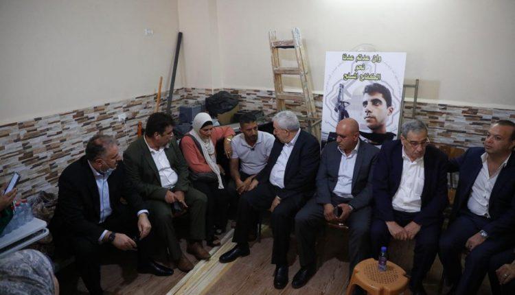 """وفد من """"فتح"""" والسلطة الفلسطينية يزور منزل الزبيدي فقط ويلتقطون صورا مع عائلته"""