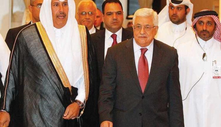رئيس السلطة الفلسطينية محمود عباس ورئيس الوزراء القطري حمد بن جاسم بن جبر آل ثاني يصلان إلى اجتماع لجنة مبادرة السلام العربية في الدوحة عام 2013. (الصورة: رويترز)