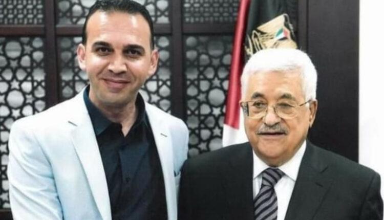 حسن النجار, صحفي فلسطيني يصافح رئيس السلطة الفلسطينية محمود عباس.
