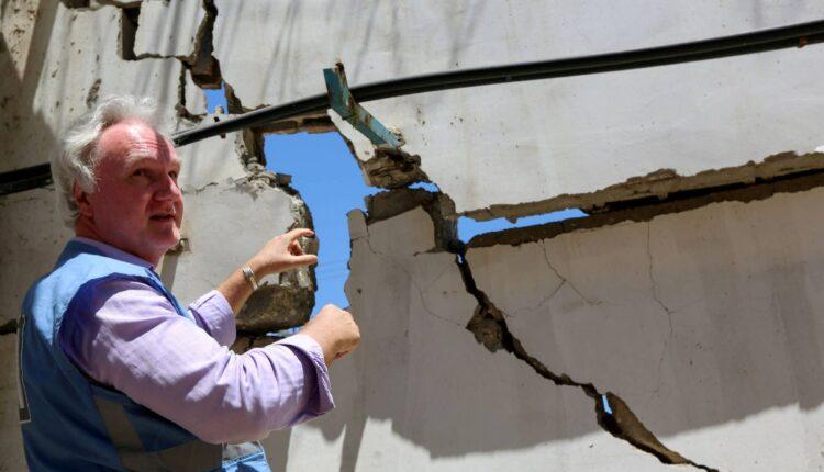 ماتياس شمالي ، مدير الأونروا في غزة ، يشير إلى الأضرار التي لحقت بمقر الأونروا في أعقاب الغارات الجوية الإسرائيلية في مدينة غزة في 18 مايو 2021.(الصورة: رويترز)