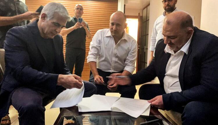 زعيم حزب القائمة العربية المتحدة منصور عباس وزعيم حزب يمينا نفتالي بينيت وزعيم حزب يش عتيد يائير لابيد ، يجلسون معًا في رمات غان ، بالقرب من تل أبيب ، إسرائيل ، 2 يونيو ، 2021. (الصورة: رويترز)