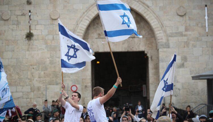 الالاف من المتظاهرين اليهود يلوحون بالاعلام الاسرائيلية اثناء احتفالهم بيوم القدس بالرقص عبر باب العامود في طريقهم الى حائط المبكى في البلدة القديمة في القدس ، 13 مايو 2018 (الصورة: Flash90)