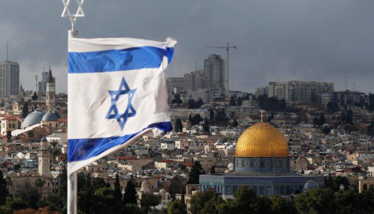 علم إسرائيلي بالقرب من قبة الصخرة ، الواقعة في البلدة القديمة بالقدس ، في 6 ديسمبر 2017 ، (الصورة: رويترز)