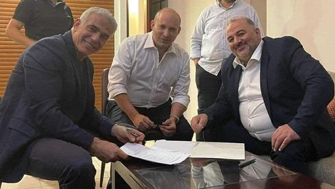 يائير لبيد ونفتالي بينيت ومنصور عباس يتوصلون إلى اتفاق حول تشكيل حكومة ائتلافية ، 2 يونيو 2021