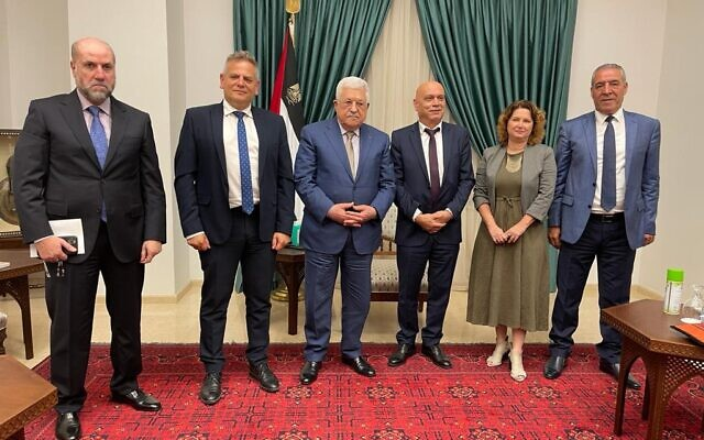 محمود عباس: اجلسوا معي وسَأقطع رواتب الأسرى ولن نرفع قضايا في لاهاي!
