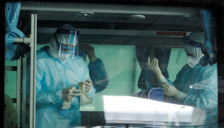 يستعد العاملون الطبيون داخل الحافلة قبل الوصول المتوقع لفريق منظمة الصحة العالمية المكلف بالتحقيق في أصول جائحة فيروس كورونا (COVID-19) ، في مطار ووهان تيانهي الدولي في ووهان ، مقاطعة هوبي ، الصين 14 يناير ، 2021. (الصورة: رويترز)