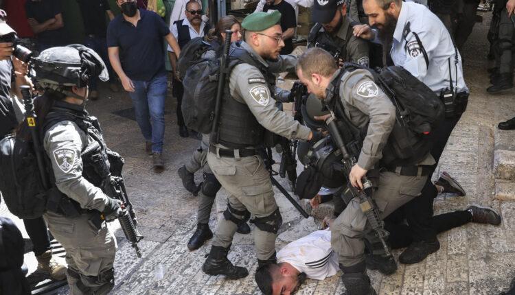ضباط من الشرطة الإسرائيلية يعتقلون شابا فلسطينيا خلال مظاهرة ضد الضربات الجوية الإسرائيلية على قطاع غزة والمواجهات العنيفة بين قوات الأمن الإسرائيلية والفلسطينيين في البلدة القديمة بالقدس ، 18 مايو ، 2021 (الصورة: AP)
