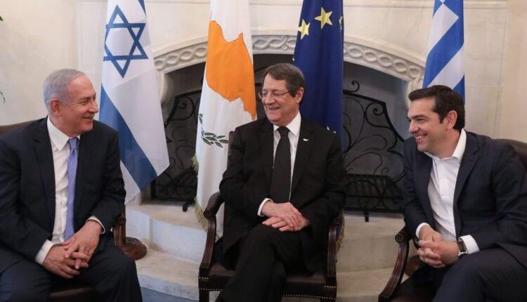 من اليسار ، يلتقى رئيس الوزراء الإسرائيلي بنيامين نتنياهو والرئيس القبرصي نيكوس أناستاسيادس ورئيس الوزراء اليوناني الكسيس تسيبراس في القصر الرئاسي في نيقوسيا في مايو 2018 . (الصورة: Getty)