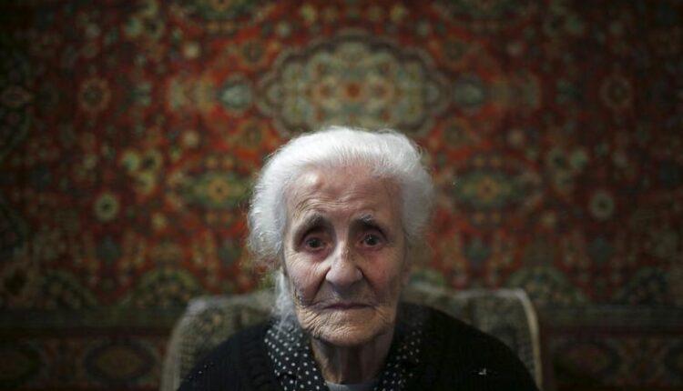سيلفارد أتاجيان ، 103 أعوام ، تجلس في المنزل أثناء مقابلة صحفية في يريفان ، 20 أبريل 2015. تجاوزت المائة عام وتتذكر أتاجيان بوضوح عندما أنقذها الجنود الفرنسيون هي ووالديها من عمليات القتل الجماعي التي ارتكبتها الأتراك العثمانيون. (الصورة: رويترز)