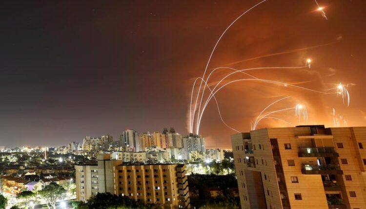 لهيب من الضوء ناجمة عن صواريخ القبة الحديدية الإسرائيلي المضاد للصواريخ تنطلق في محاولة لاعتراض صواريخ تطلق من قطاع غزة باتجاه إسرائيل ، كما شوهد من عسقلان ، ، 12 مايو / أيار. (الصورة: رويترز)